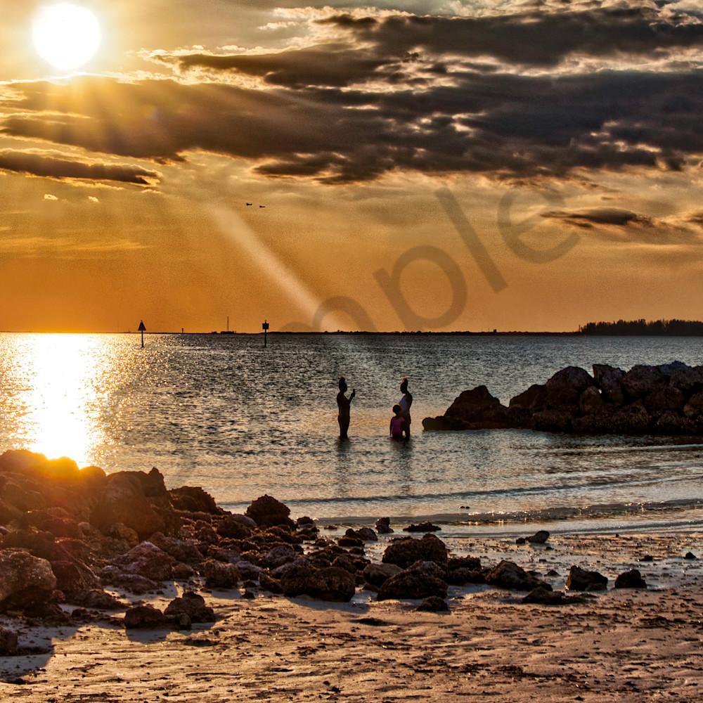 Sun rays on beach dngzrb