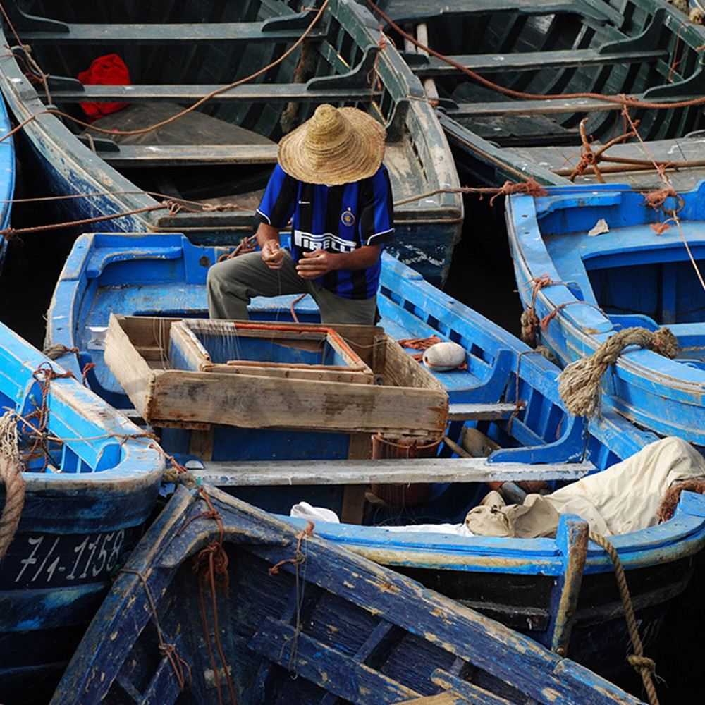 Fisherman at work in morocco h7q151