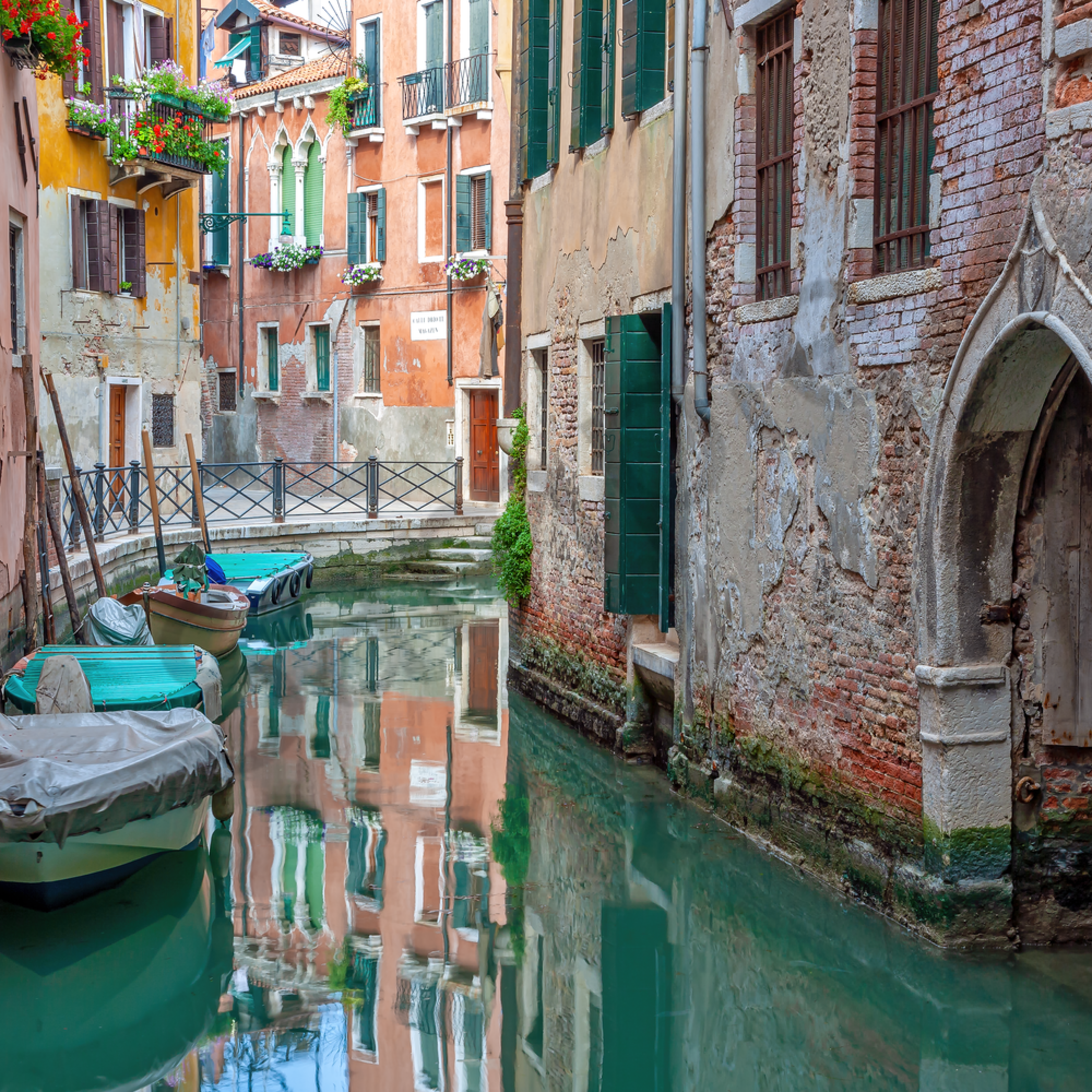 Venice and bend in canal italy pl8hs5