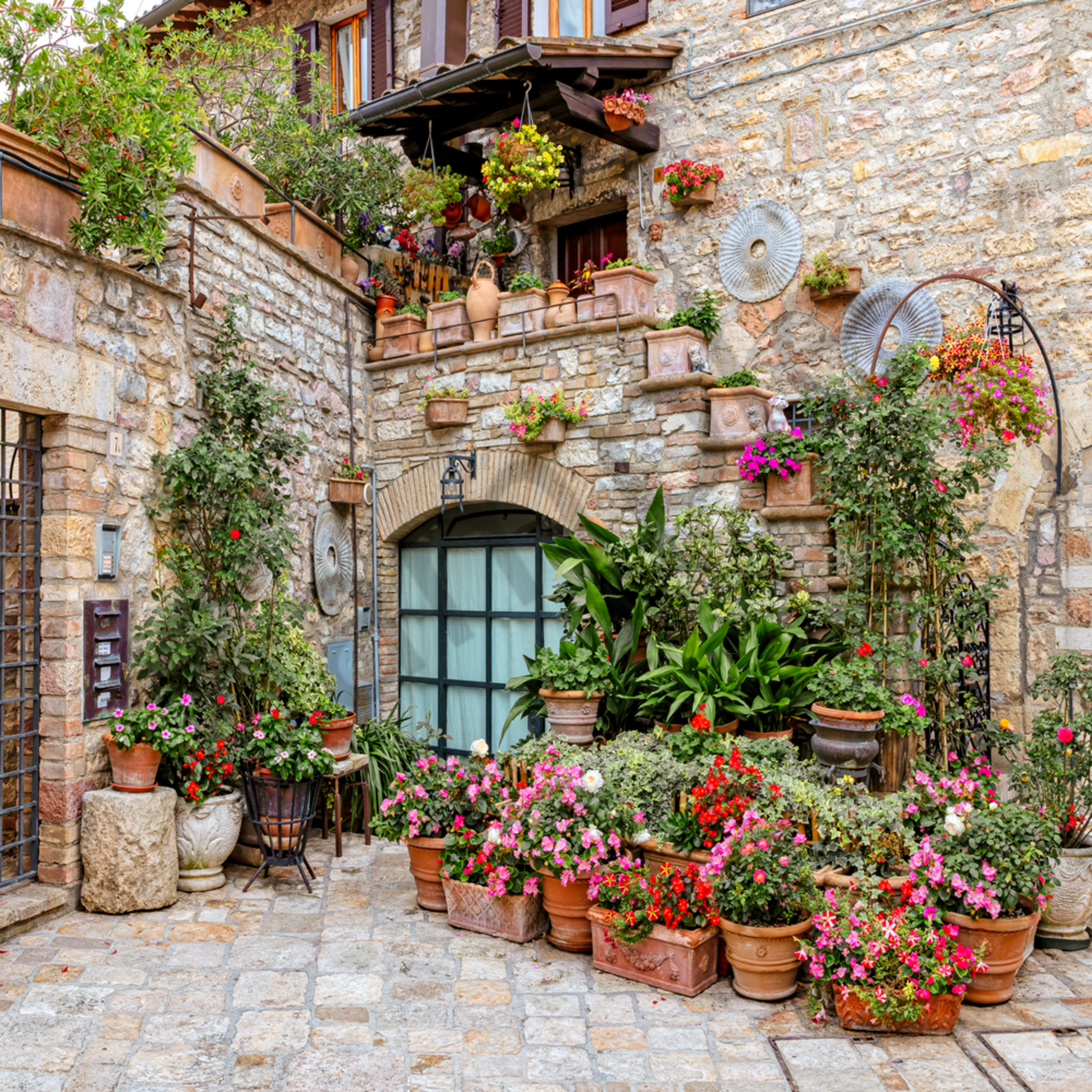 Asisi courtyard with flowers italy vcyi5d