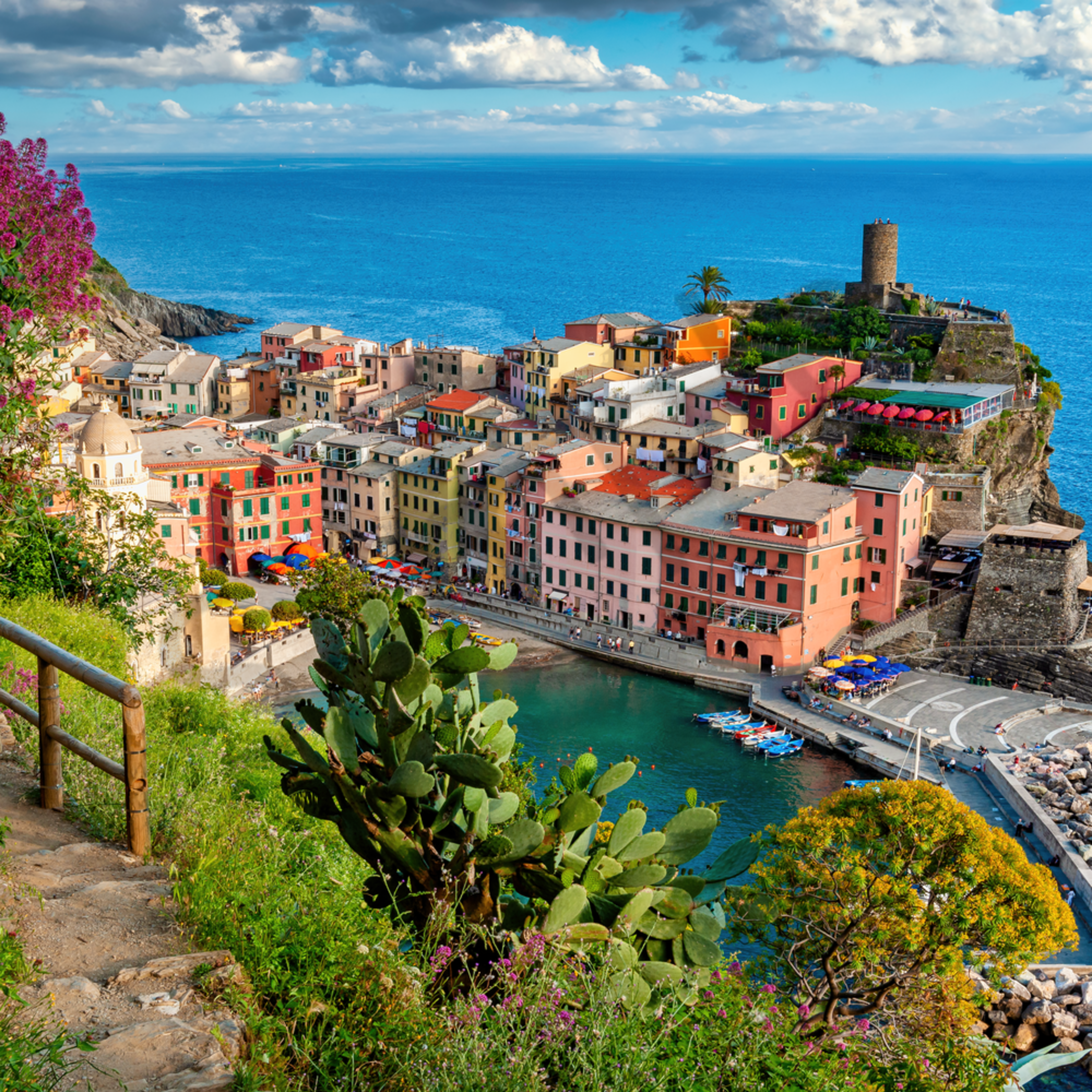 Vernazza cinque terre from above on trail path italy s0fu5j