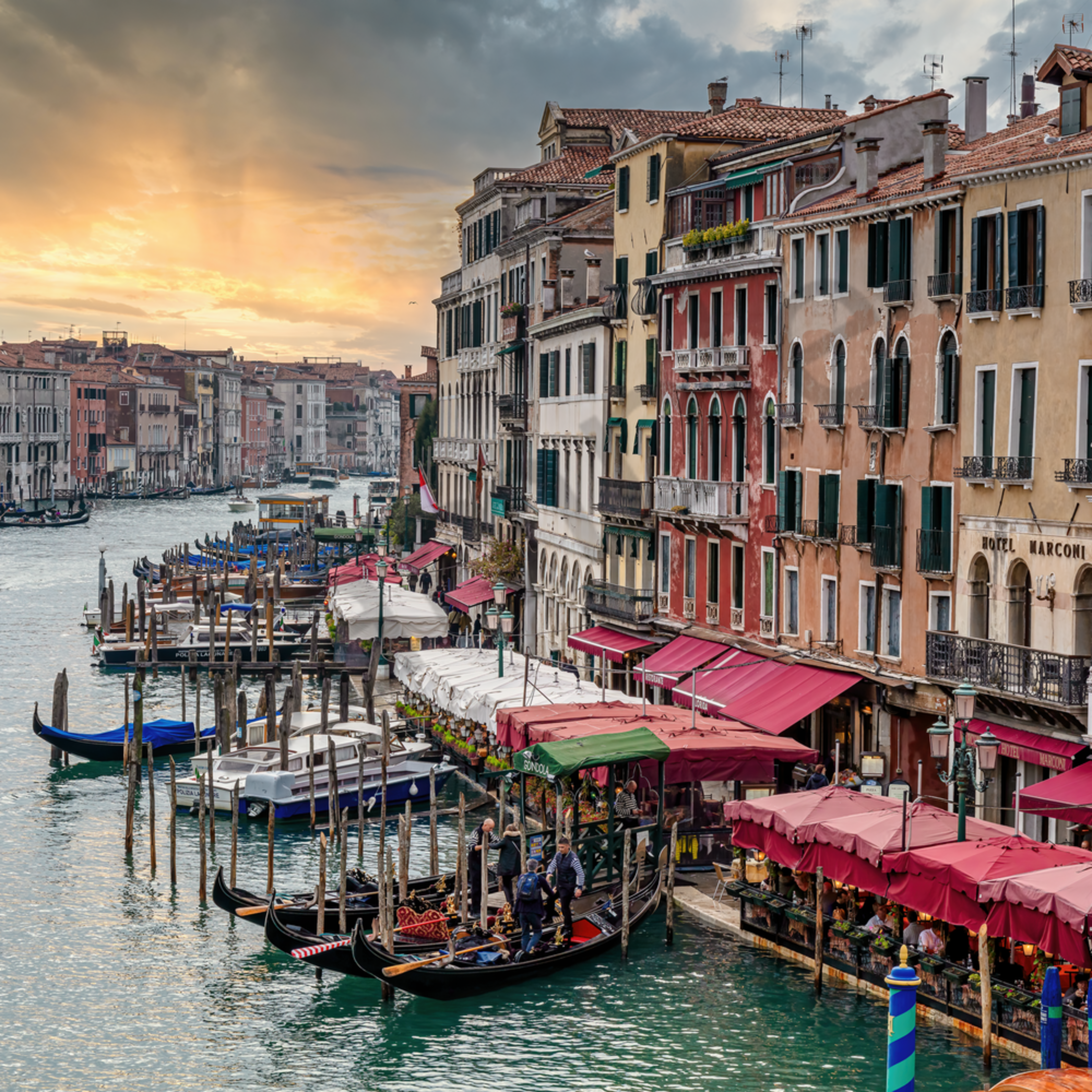 Grand canal and rialto bridge overlook with sunset italy hbmkrz