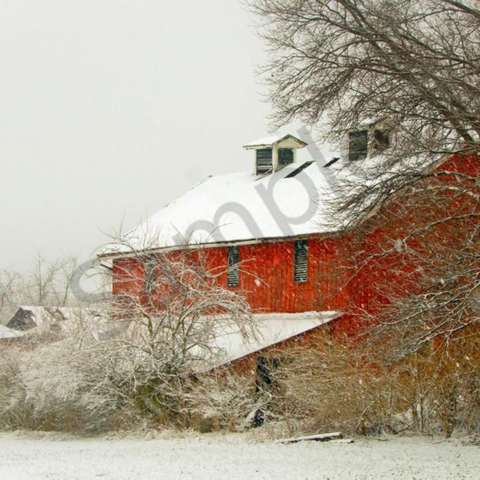 Snowy red barn gv8uvl