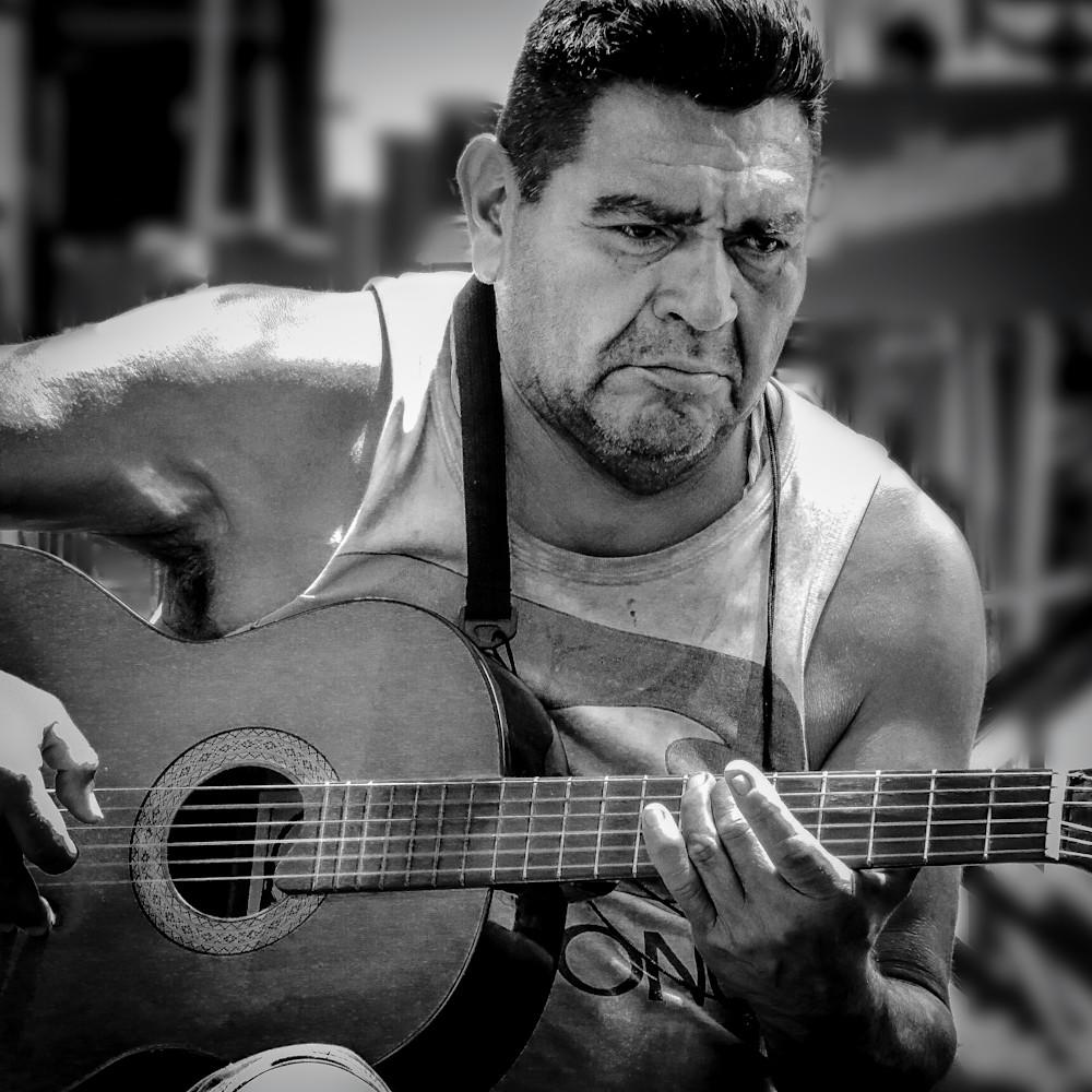 Guitarist on the street buenos aires b4jc5u