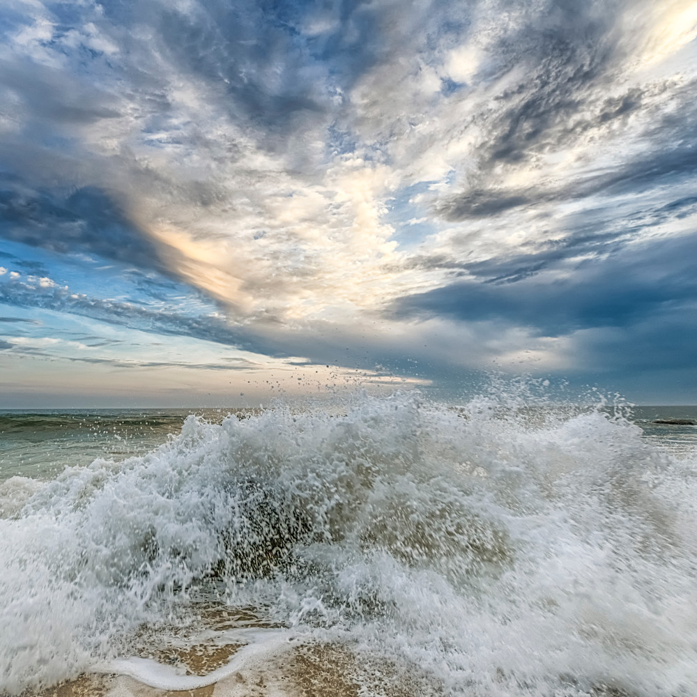 Mochup beach splash and clouds wfg2zv