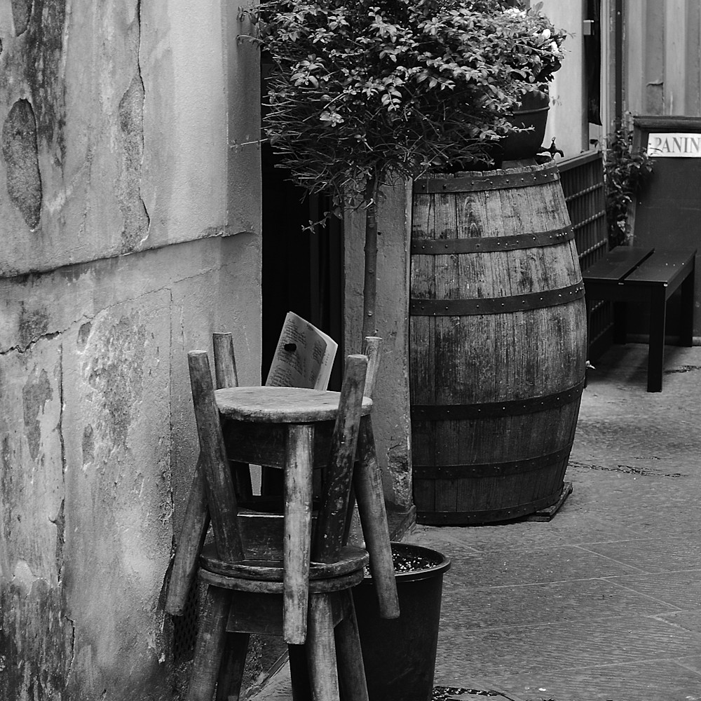 Old chairs in italy bw zdzmaa