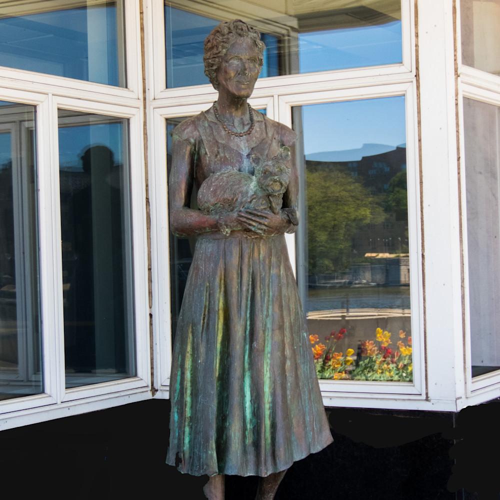Dellora norris statue jwxywz