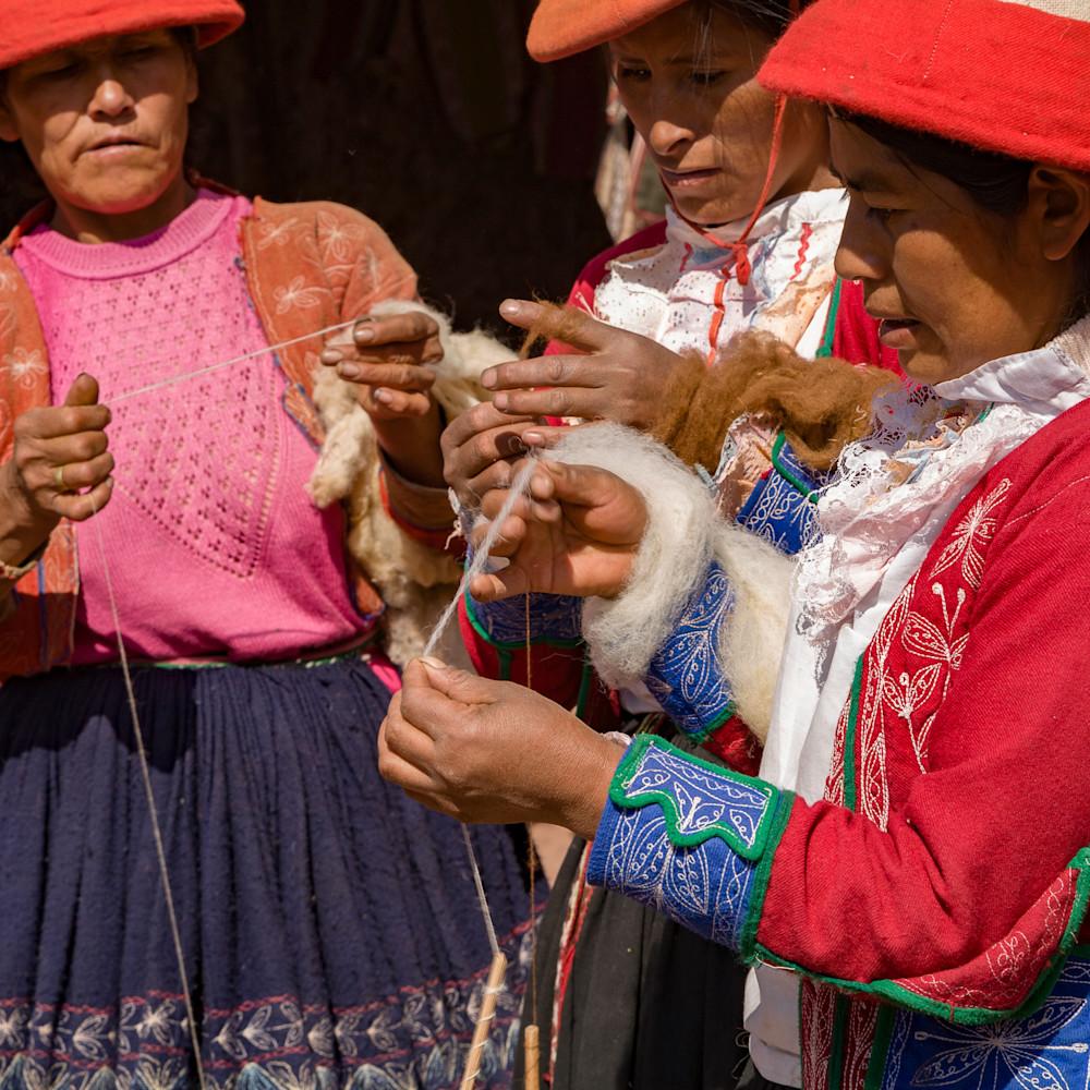 Quechua women spinning yarn 6492 spmgqs