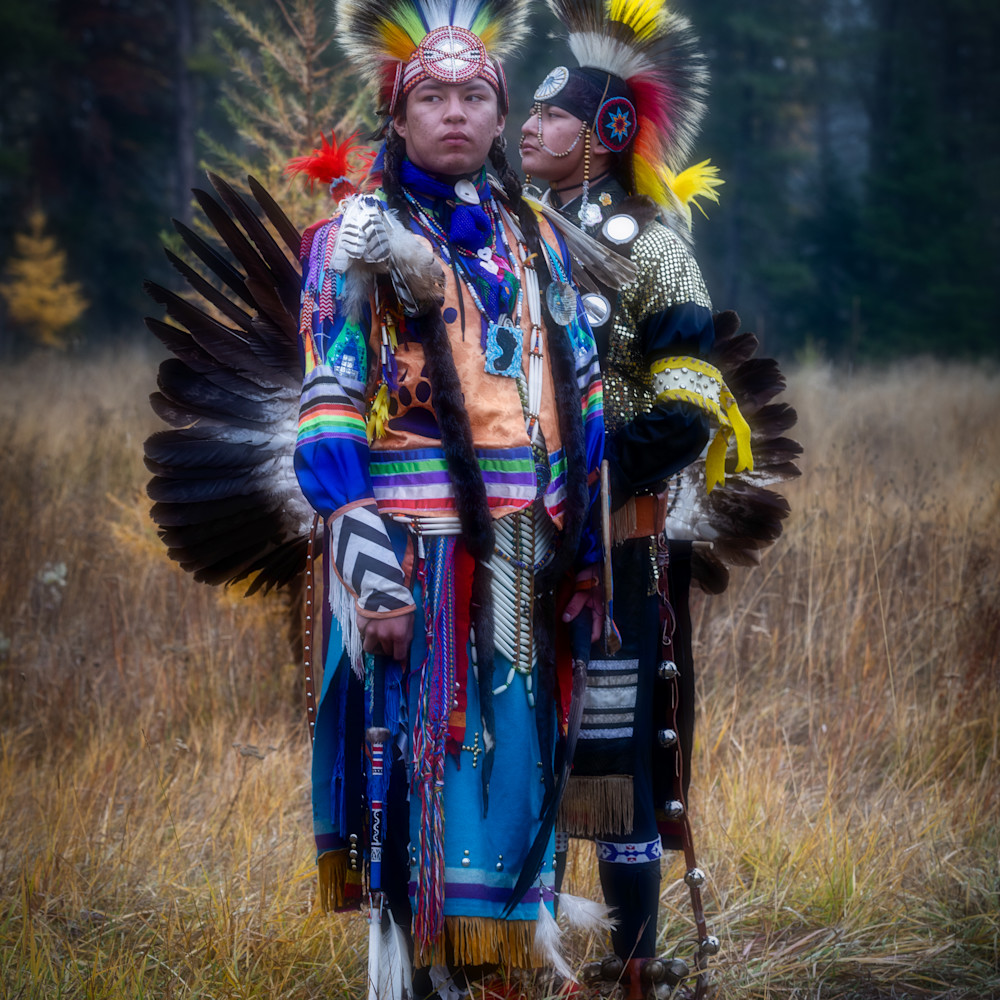 Young blackfoot native american dancers in traditional clothing 3 1 y44mnw