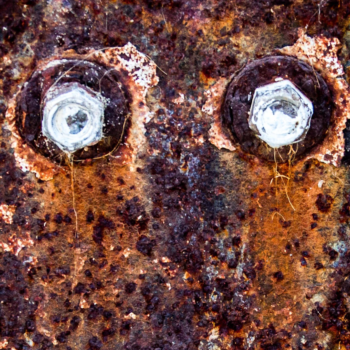 Rusted bracket eyes fkotyo