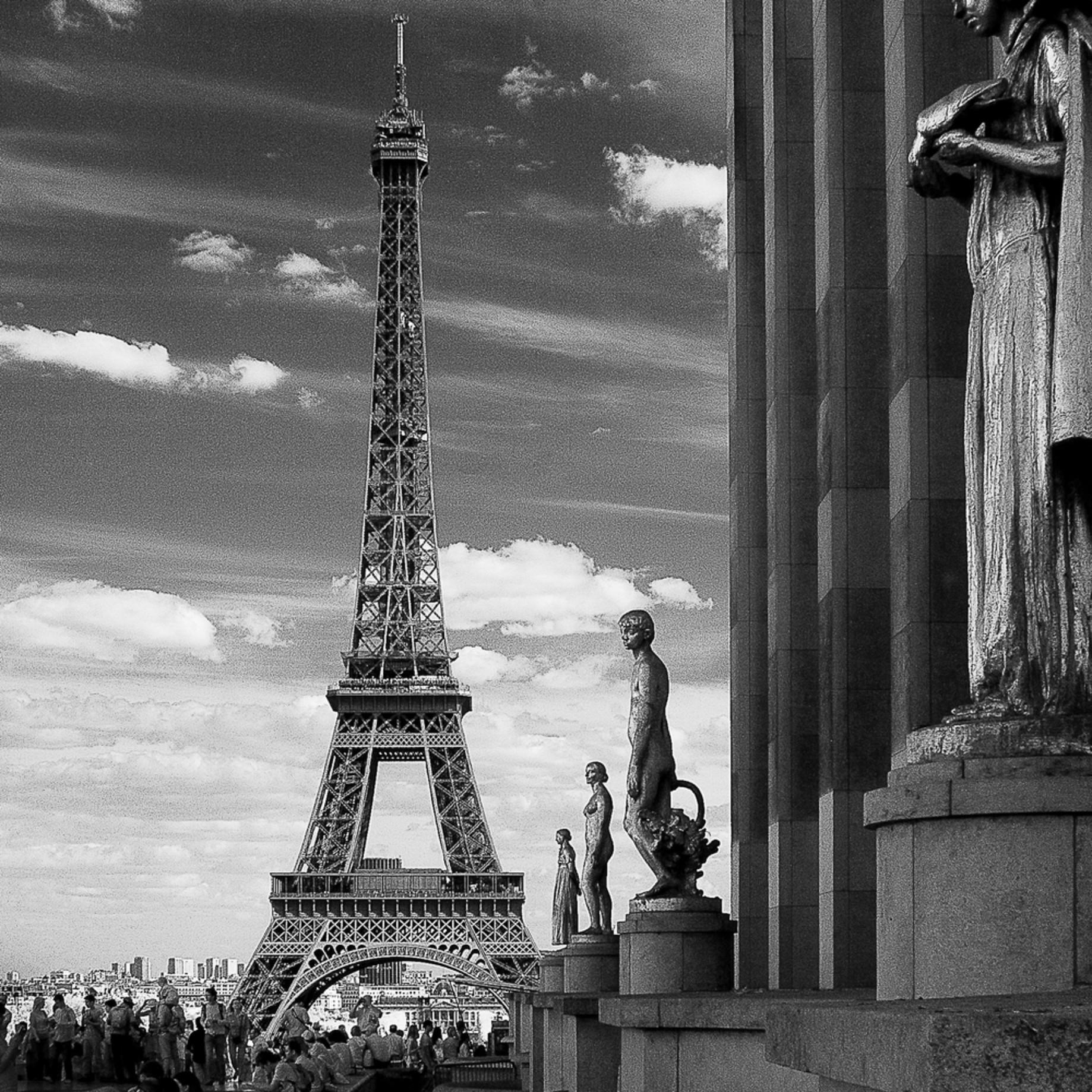 Les statues et la tour eiffel xmrpz9