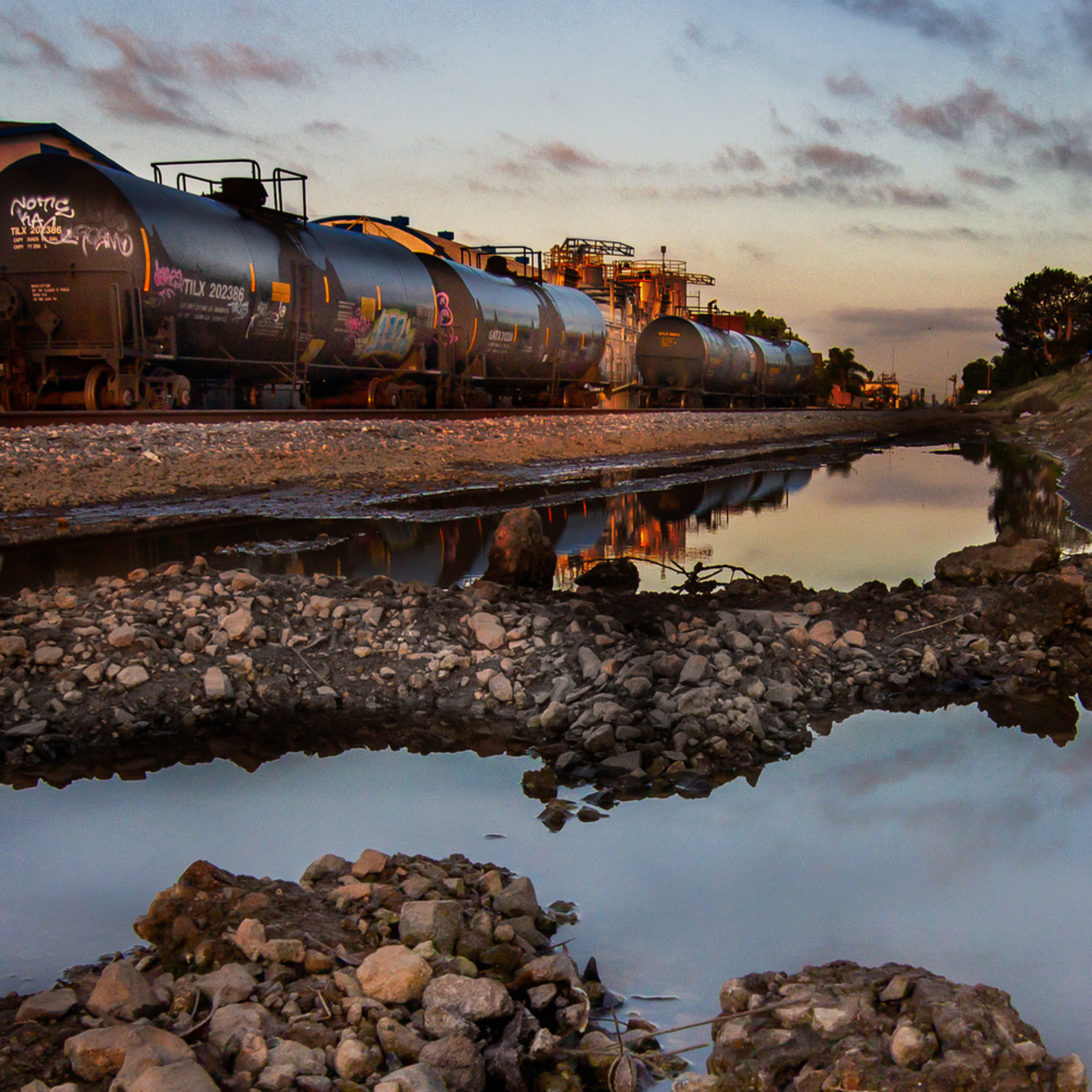 Tank cars in the morning luzy1z