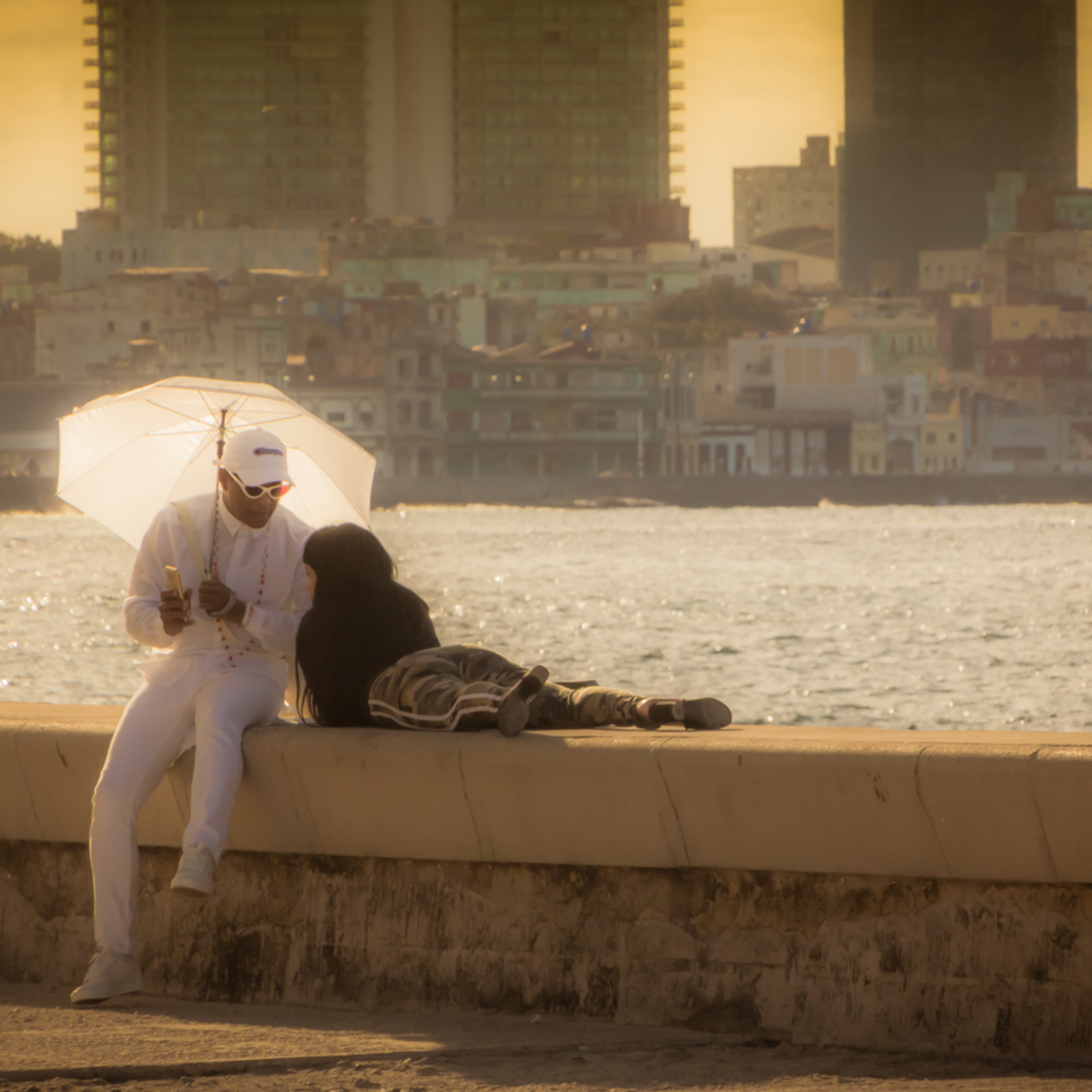 Couple on the malecon mh0zag
