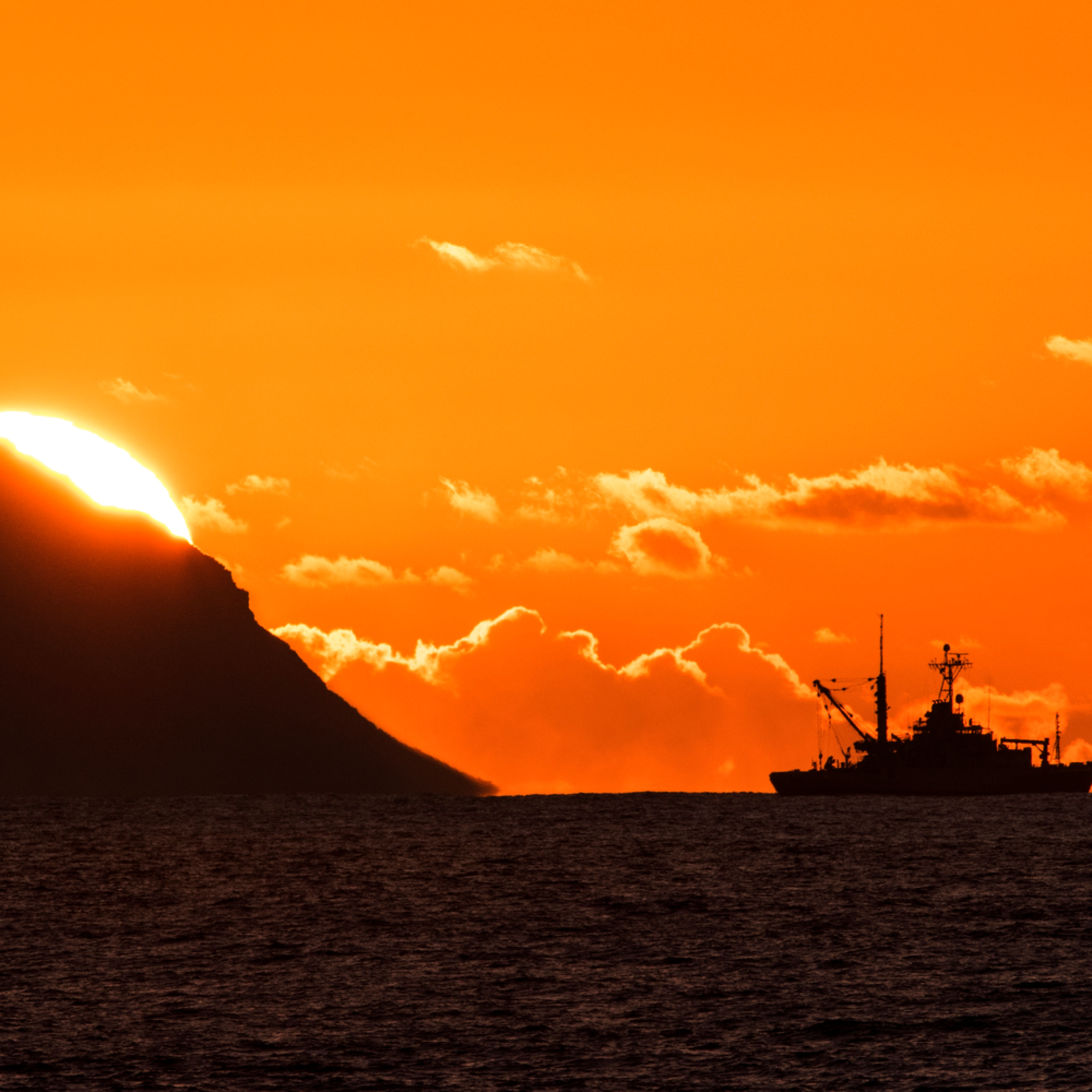 Sonar ship with sunset dzxkve