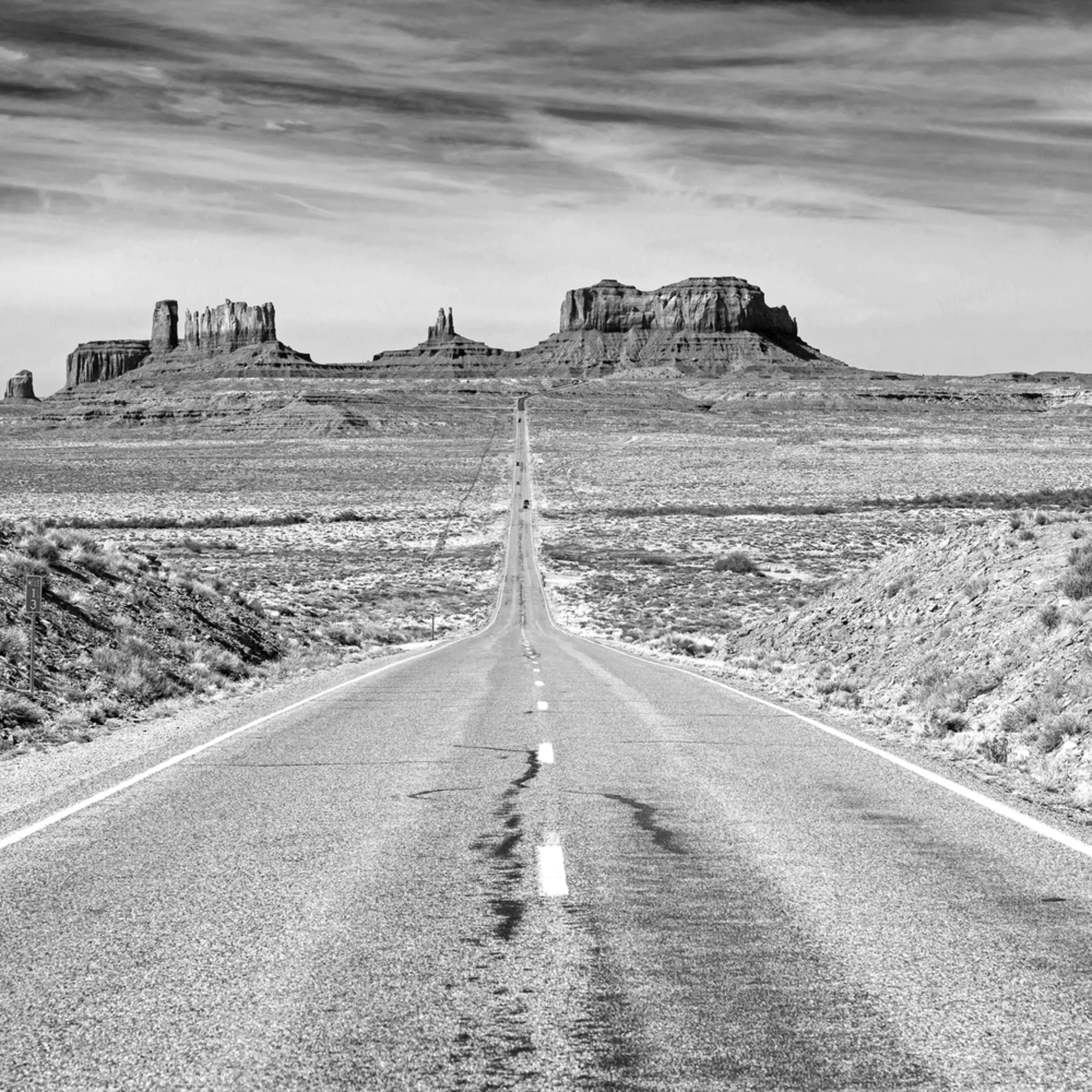 Iconic road into monument valley in black and white. vueshb