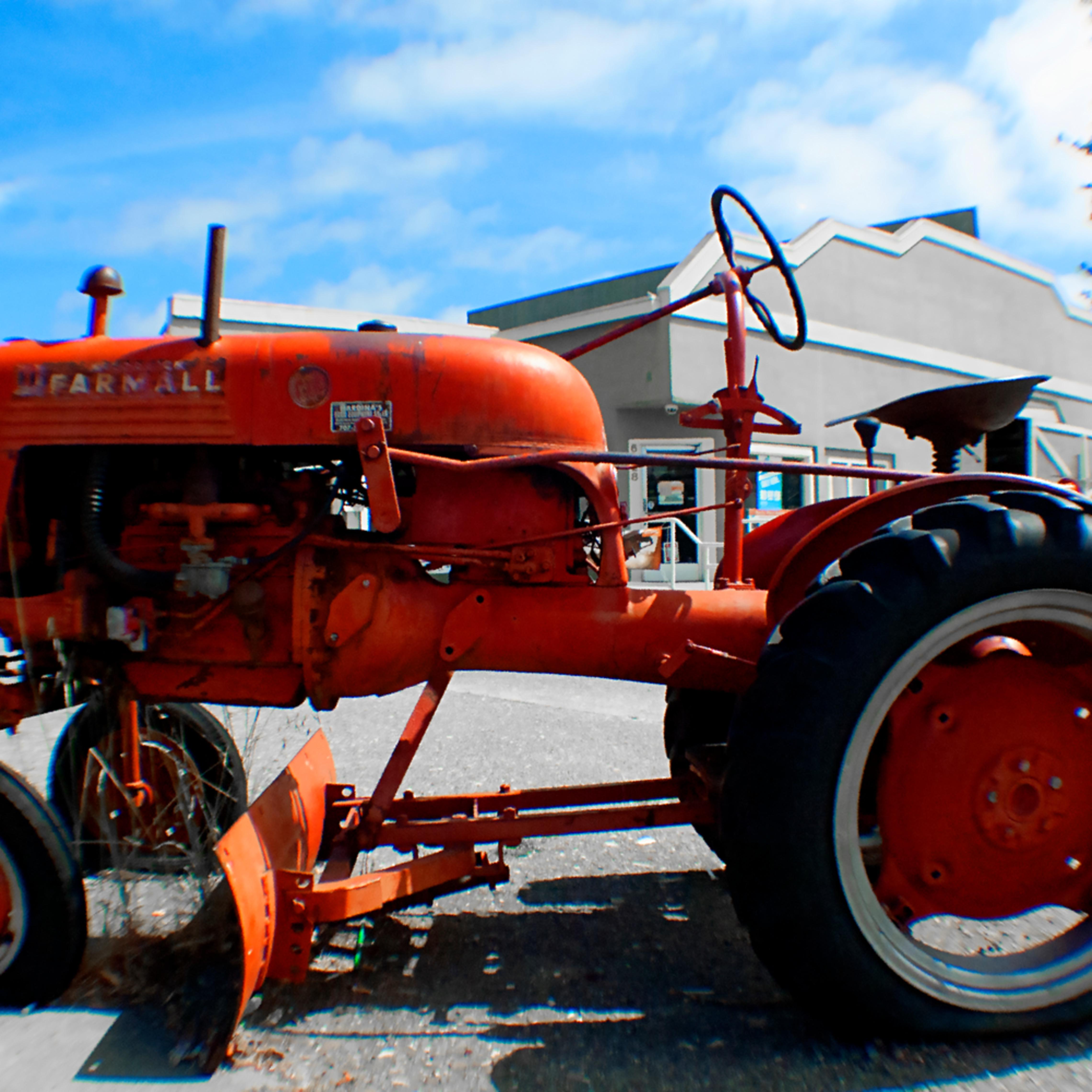 Red tractor  hrlobue t7ulcd