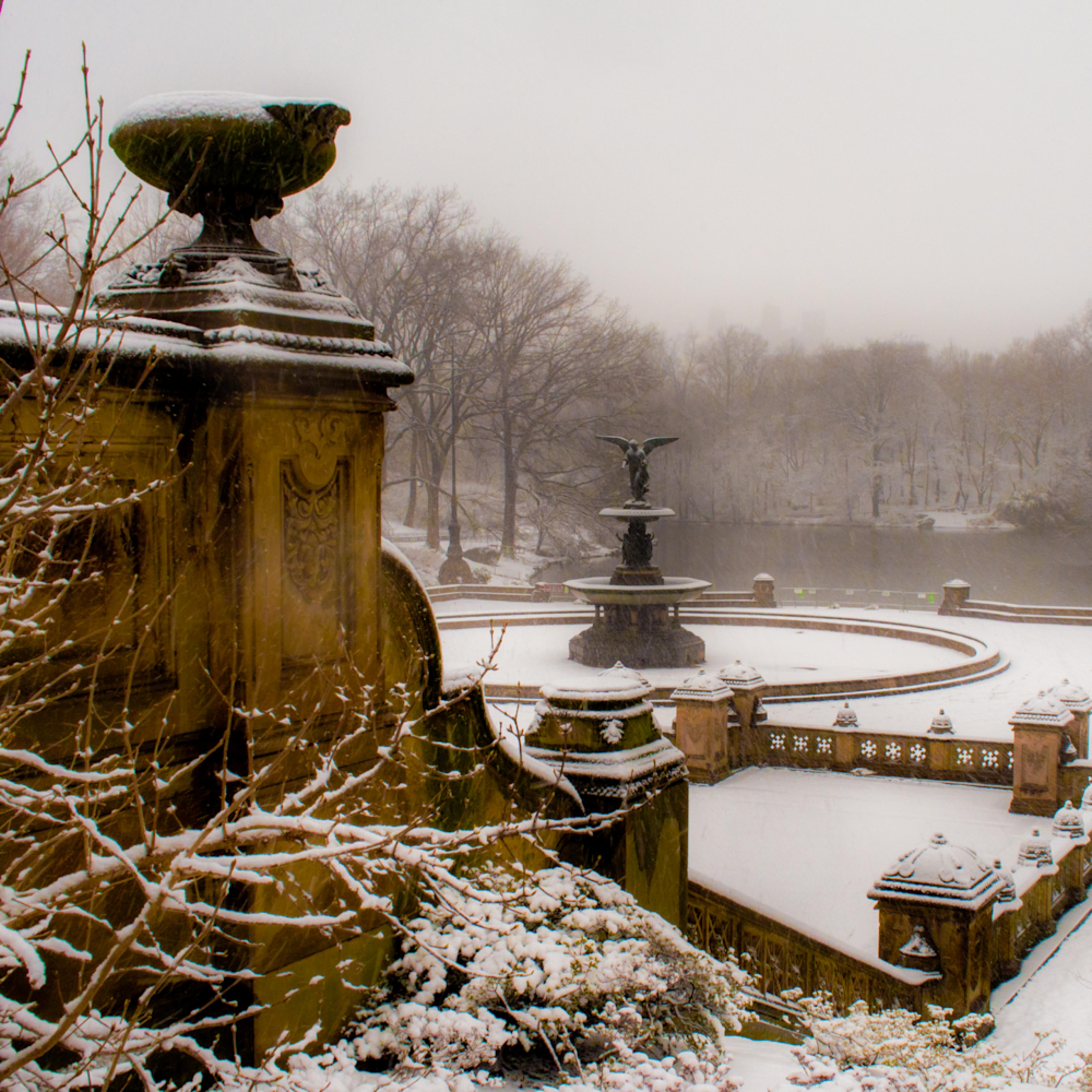 Bethesda fountain in snow 2 p3080053 wrfbjo