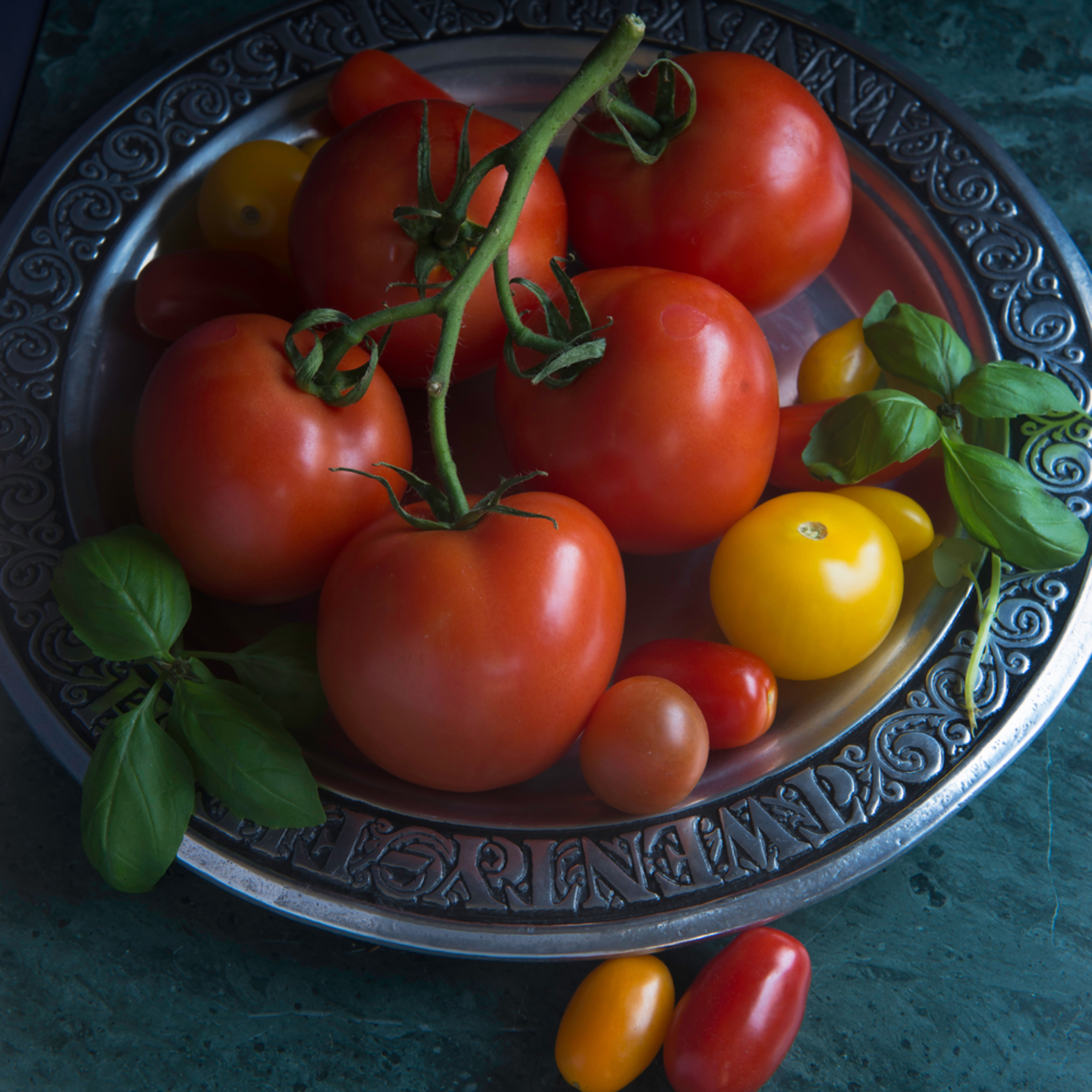 20652834 tomatoes on silver plate bh1th1