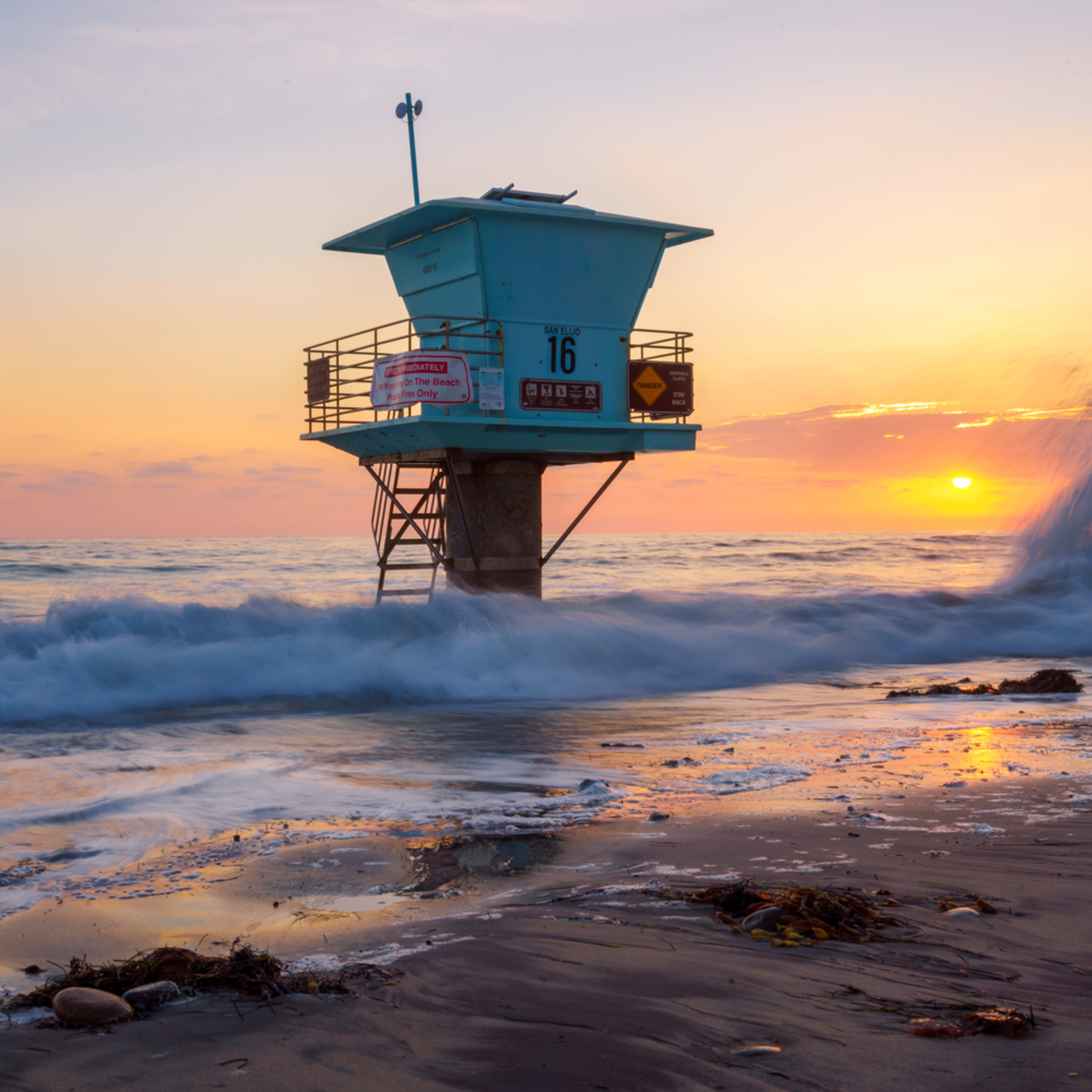 Life guard tower and waves on rocks in encinitas california  lgdm3c