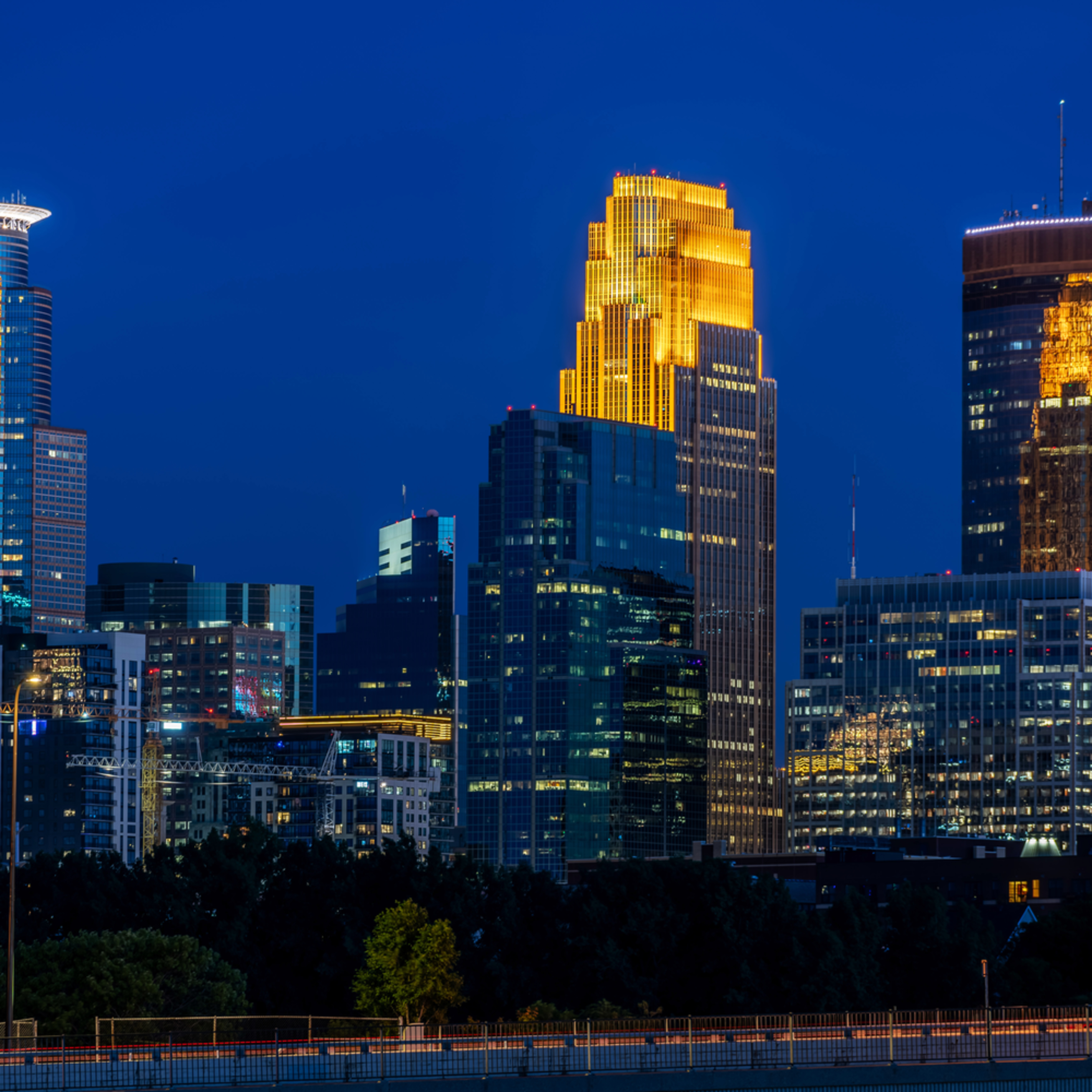 Plymouth avenue and minneapolis skyline bmxq3y