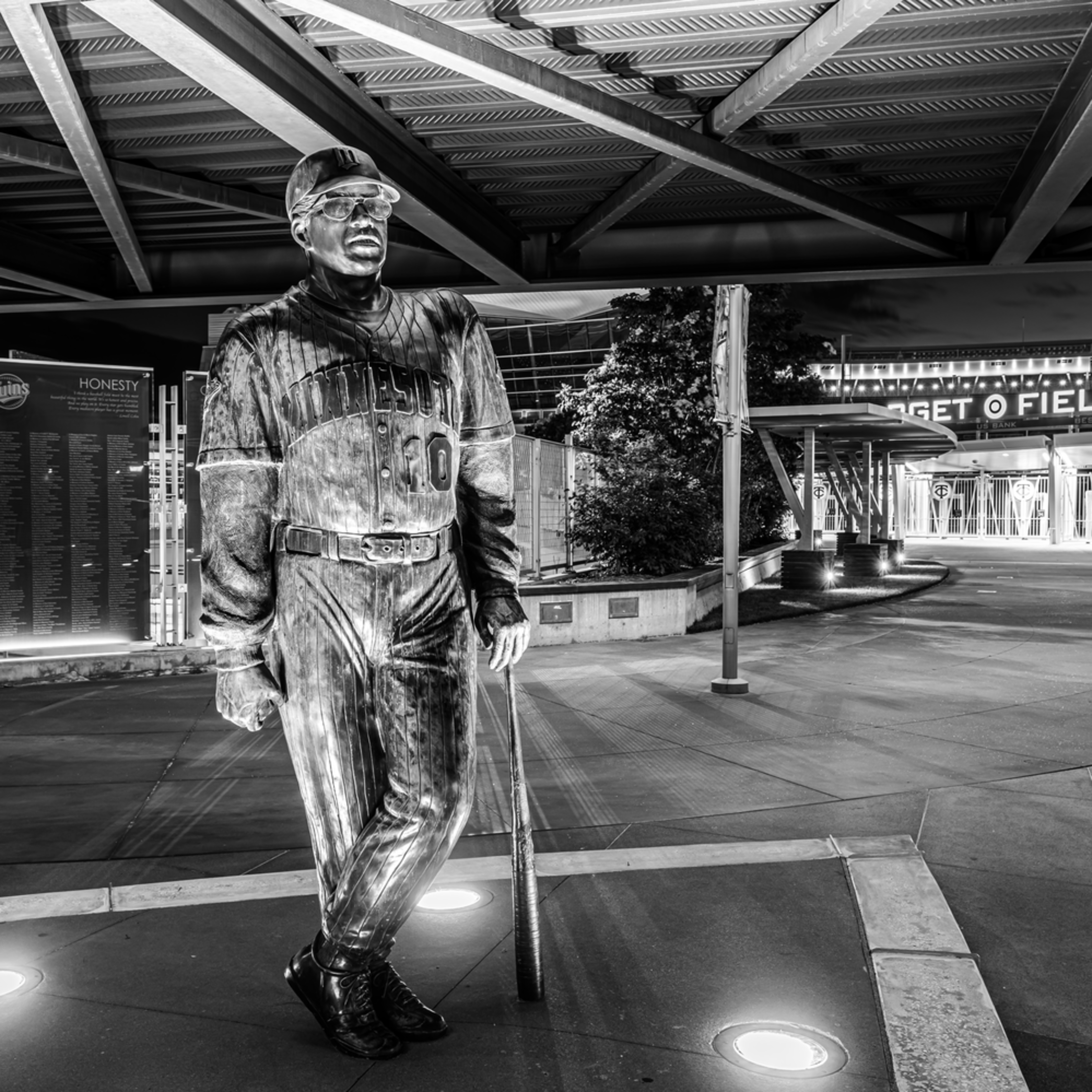 Tom kelly statue at target field black and white hjskyx