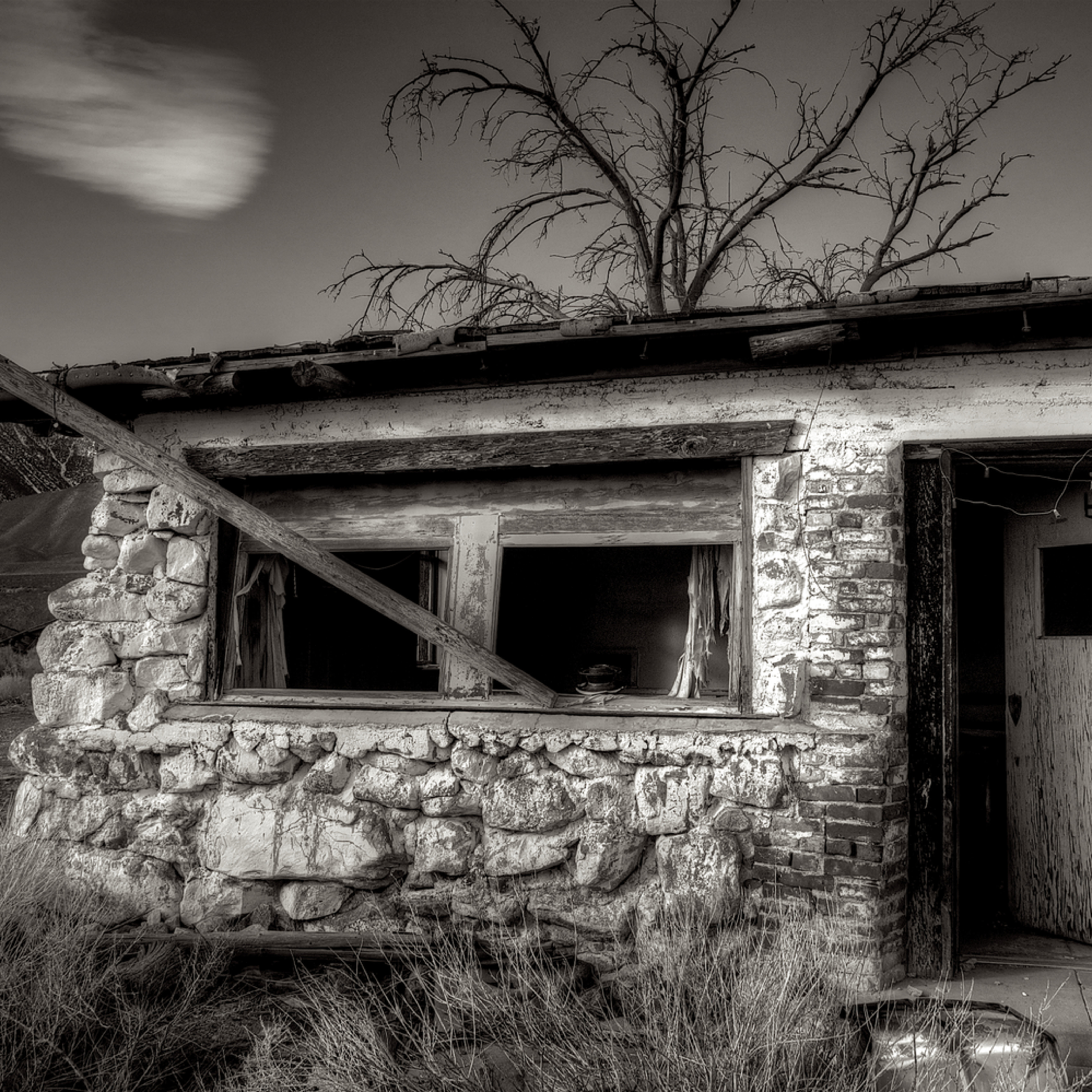 Abandoned shack hwy 395 owens valley california ag88jw