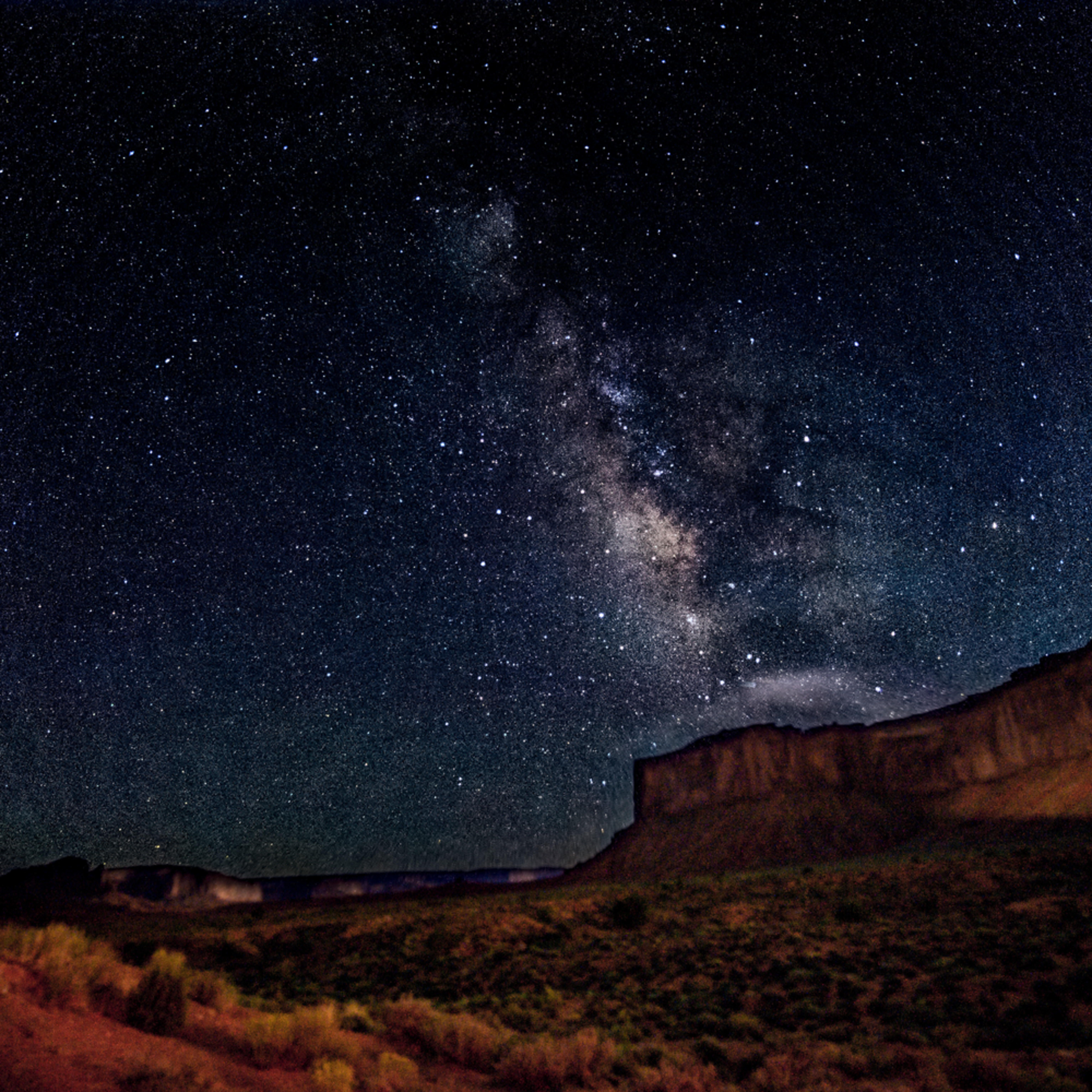 Milky way over monument valley zguttr