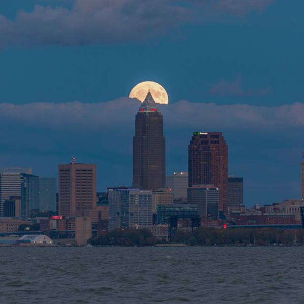 Moonrise over cleveland skyline no. 1 k5ldxp