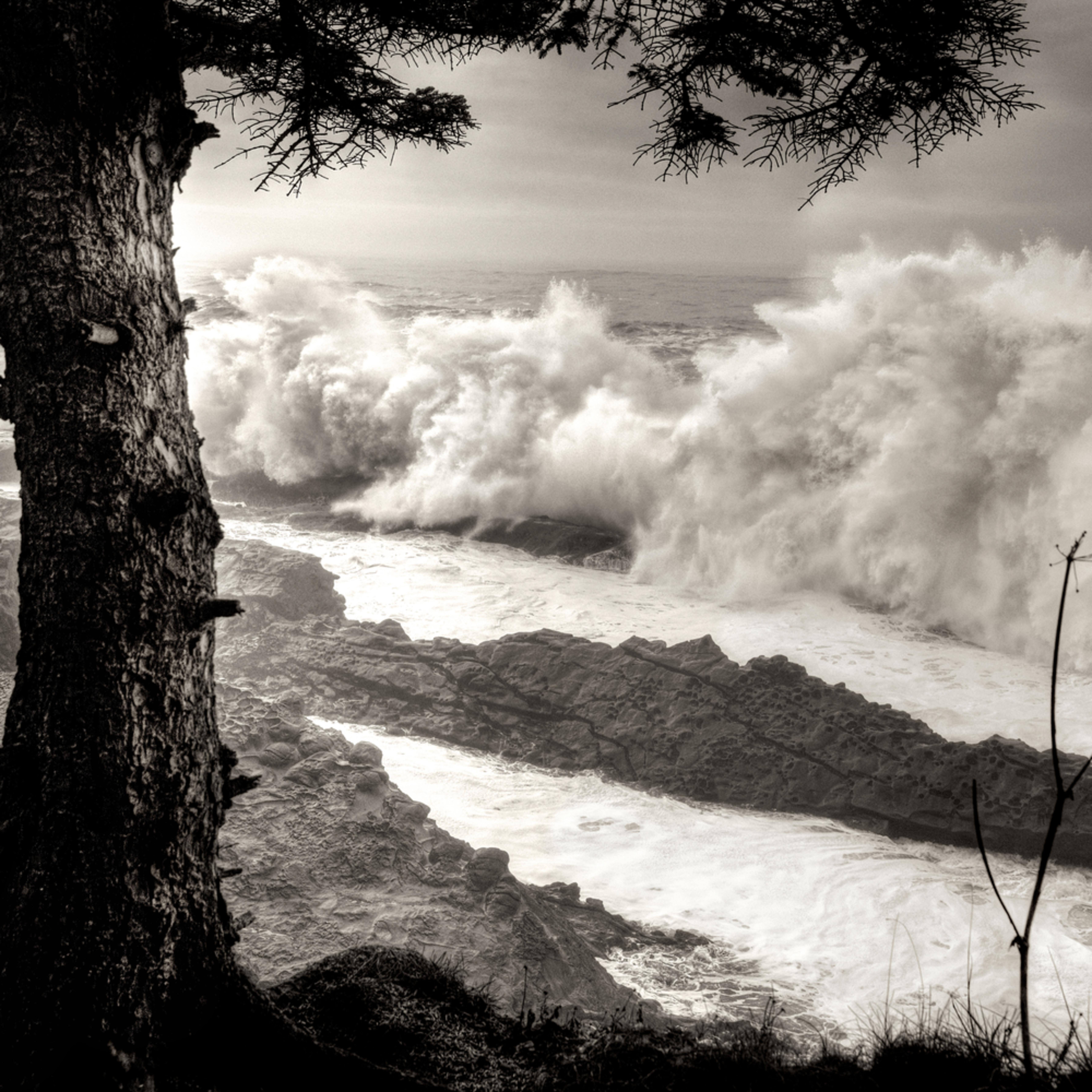 Coos bay giant storm surf oregon q8emmf