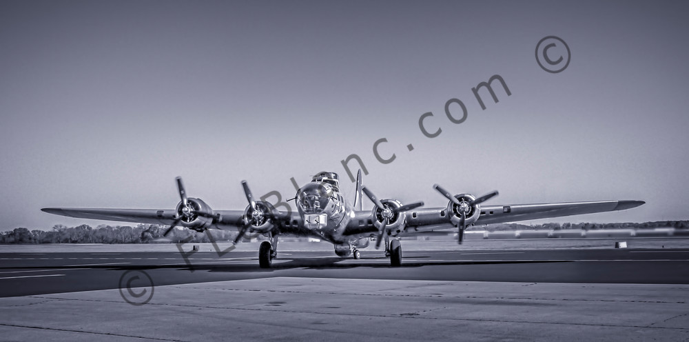 Boeing B-17 Flying Fortress WW2 Bomber Monochrome fleblanc