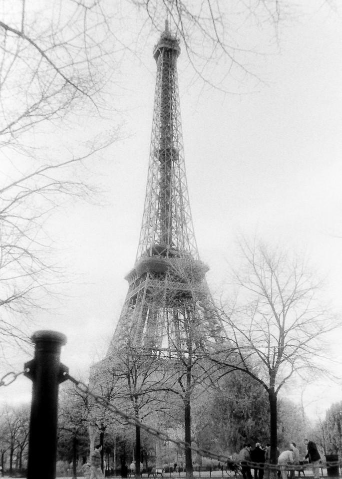 Les Hommes Et La Tour Eiffel Photography Art   The World in Black and White