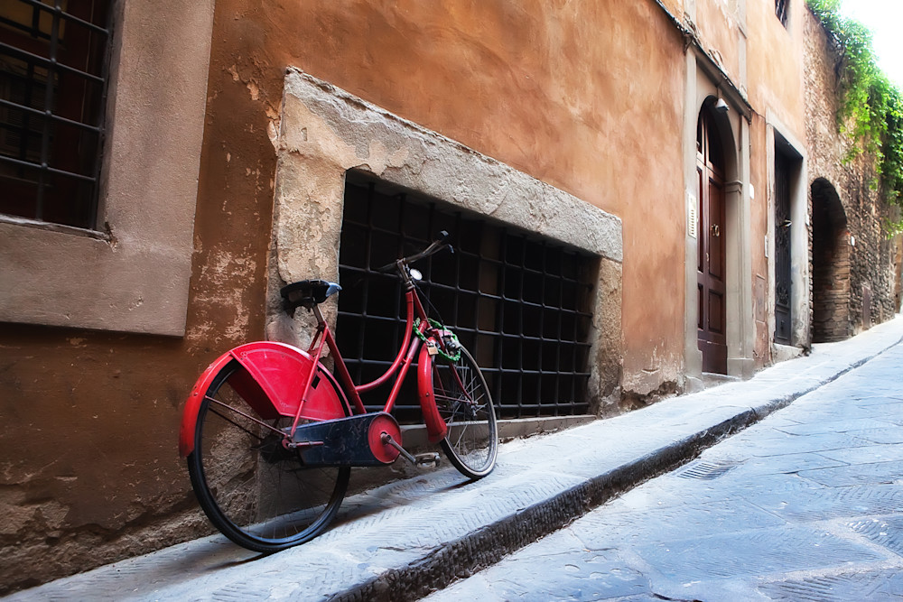 Photograph of bicycle in Florence alley