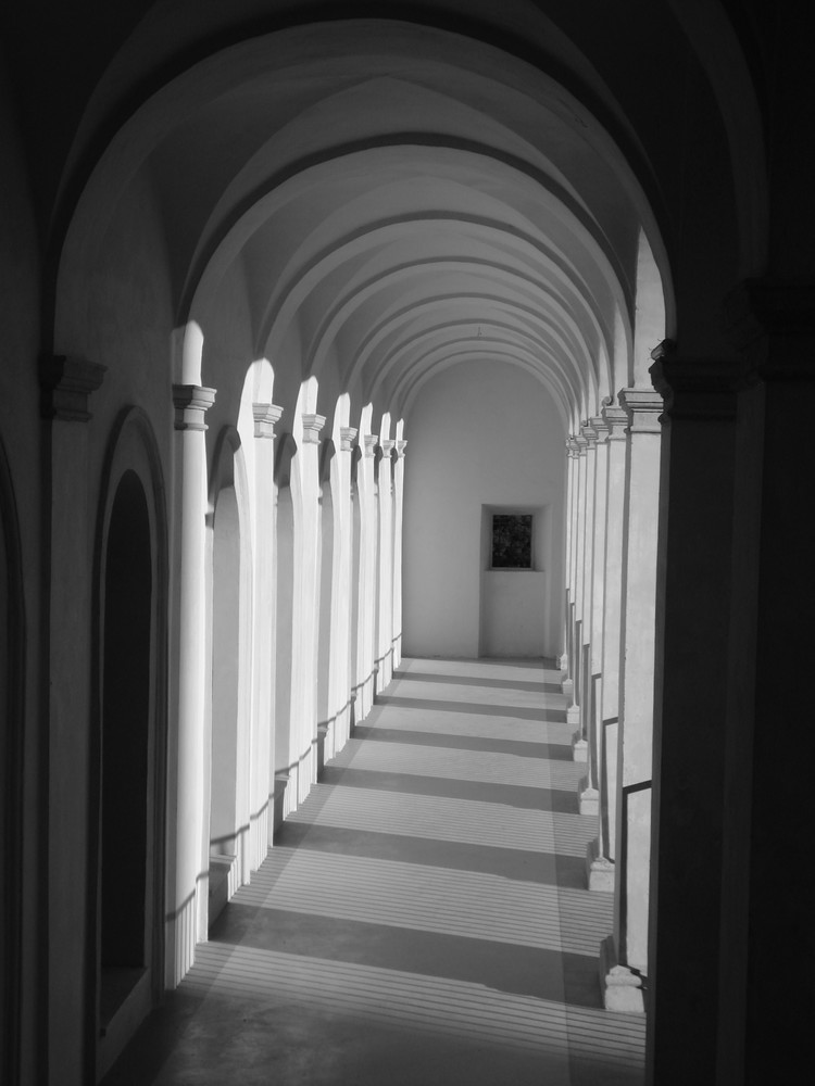 italy arches spoleto black and white