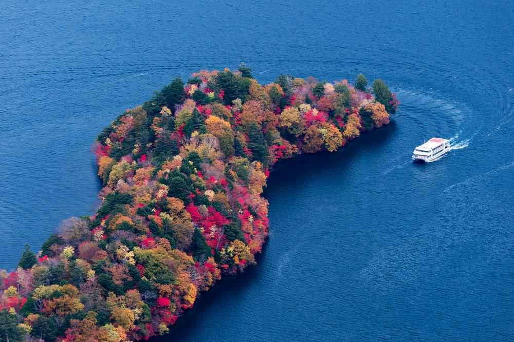 Fall colors Hangetsu-yama in Nikko