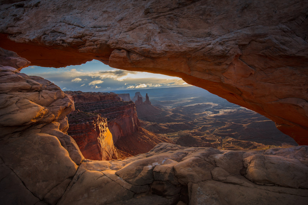 Photographing the sunrise through the Mesa Arch in Utah