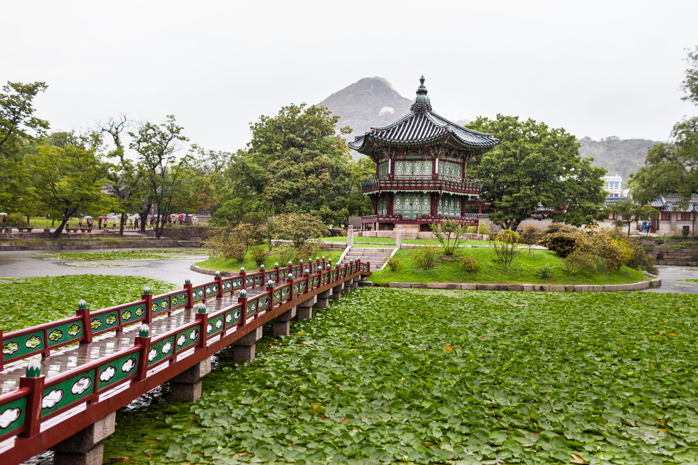 One of many buildings in the Seoul Palace.  The Palace ground was used to house the royal families in the ancient times but after the Japanese invasion in the early 1900's they have turned the palace ground into a zoo. Only recently the Korean Gover