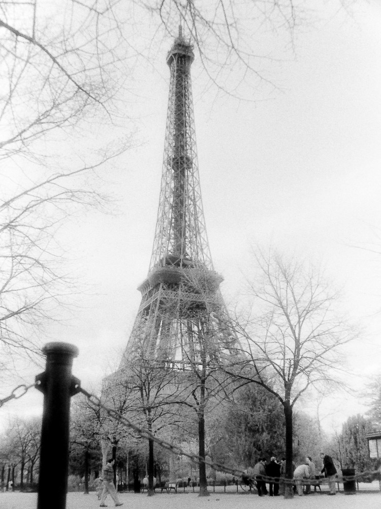 Les Hommes Et La Tour Eiffel Photography Art | The World in Black and White