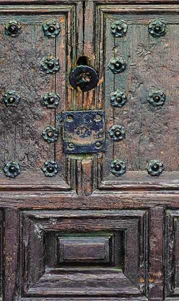 Old-wood-door-with knocker Siena