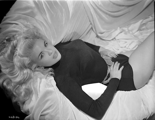 Jayne Mansfield lying seductivly