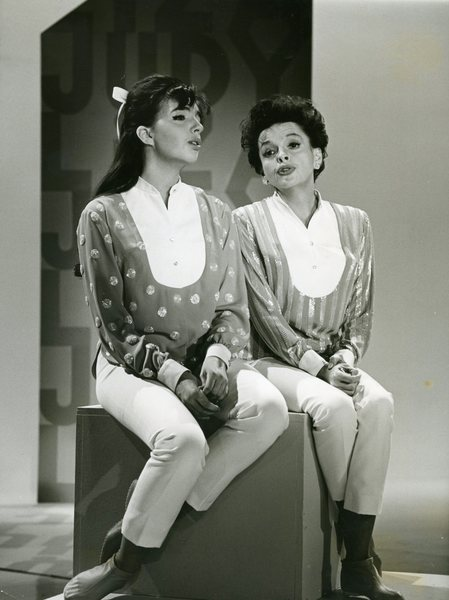 Liza Minnelli and Judy garland sitting next to each other