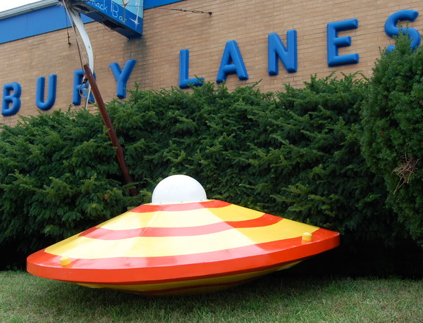 Spaceship_at_the_lanes_qdx67k