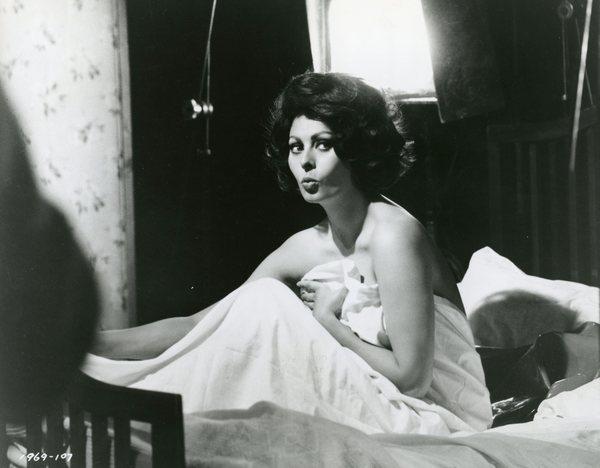 Original Vintage Press Print Sophia loren italian actress in a bed