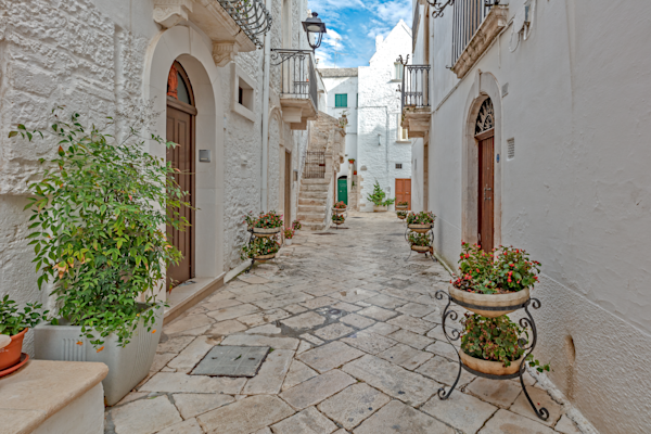 Round Place, Apulia, beautiful cities of Italy, Cummerse Roofs, White terraced houses, Concentric Streets