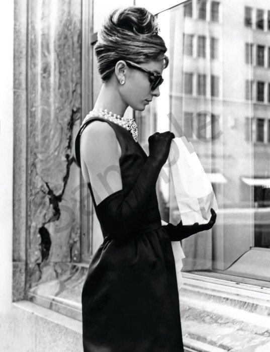 Audrey Hepburn iconic photo Breakfast at Tiffany's in black and white