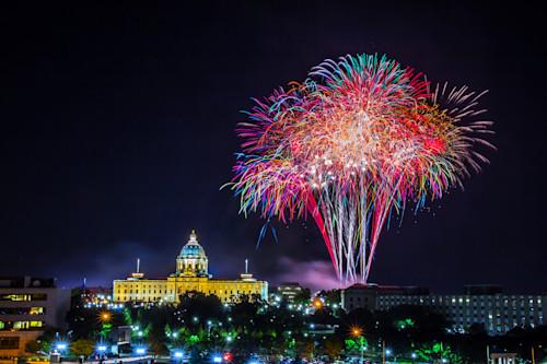 Minnesota_capitol_fireworks_7_oxewjk