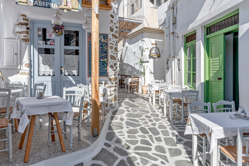 Restaurant_and_outdoor_seating_in_naxos_greece_lplkd0