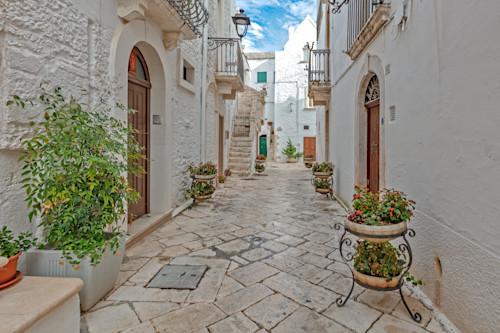 Narrow_street_of_locorotondo_puglia_italy_nqikxu