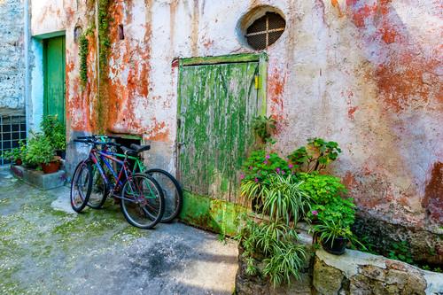 Todi courtyard with bicycles italy zeumzk