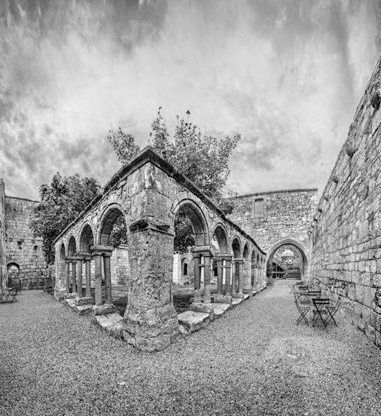 Courtyard - Les Cordeliers - Saint Emilion - France B&W