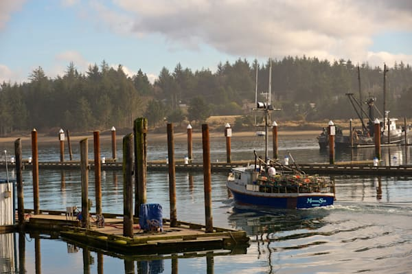 photo of a crab or lobster boat heading out from charleston, oregon